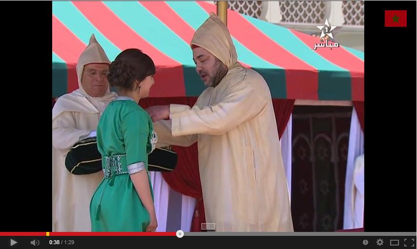 فيديو الملك يوشح مريم بورحيل صاحبة اعلى معدل باكالوريا بفرنسا